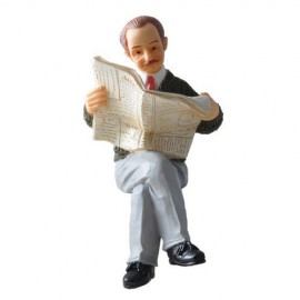 Figurka sedící muž s novinami