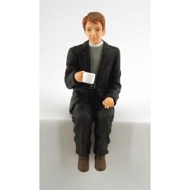 Sedící kněz s čajem