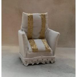 Bílé křeslo se zlatým proužkem